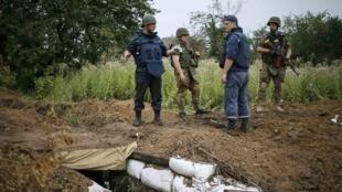 Des policiers ukrainiens près d'un ancien site utilisé par des séparatistes dans un village près de Sloviansk, dans l'est de l'Ukraine, le 14 juillet dernier.