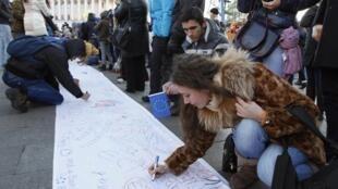 Des partisans du rapprochement de l'Ukraine avec l'Union européenne ont signé, mercredi 27 décembre, une pétition sur un drap blanc de 500 mètres de long.