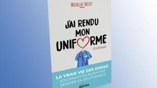 """Capa do livro da enfermeira francesa Mathilde Basset, que testemunha da sua experiencia em centro para idosos: com o título """"J'ai rendu mon uniforme"""" (Devolvi meu uniforme), edições Rocher."""