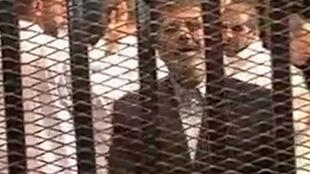 O ex-presidente do Egito, Mohamed Mursi, no tribunal do Cairo em 4 de novembro de 2013