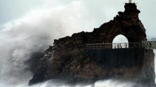 Скала девственницы у побережья Биаррица во время шторма «Амели»