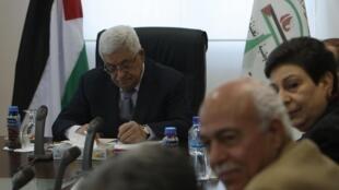 Le président palestinien, Mahmoud Abbas (c) assiste à une réunion du comité exécutif de l'Organisation de libération de la Palestine (OLP), à Ramallah en Cisjordanie, 12 février 2011.