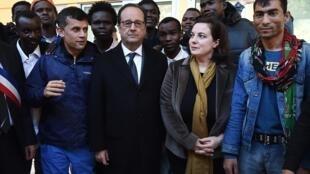 Le président François Hollande et sa ministre Emmanuelle Cosse, le 29 octobre dernier en compagnie de migrants à Doue-la-Fontaine, dans l'ouest de la France.