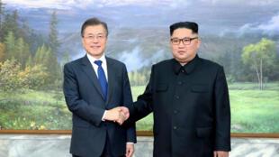 Tổng thống Hàn Quốc Moon Jae In bắt tay lãnh đạo Bắc Triều Tiên Kim Jong Un trong cuộc họp thượng đỉnh tại làng Bàn Môn Điếm, phía Bắc Triều Tiên, ngày 26/05/2018.