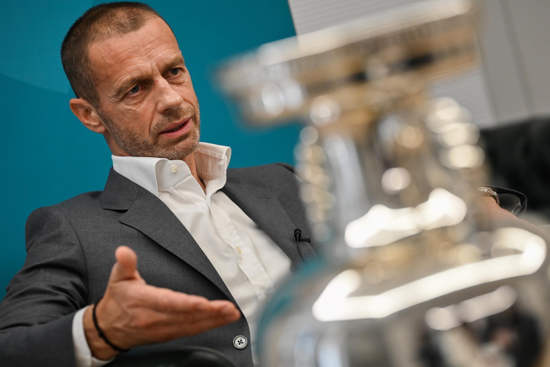 Foto de archivo tomada el 11 de junio de 2021, del presidente de la UEFA, Aleksander Ceferin, hablando junto al trofeo del la EURO 2020-2021 durante una entrevista con la AFP en Roma, antes del inicio de la competición en el Estadio Olímpico de Roma.