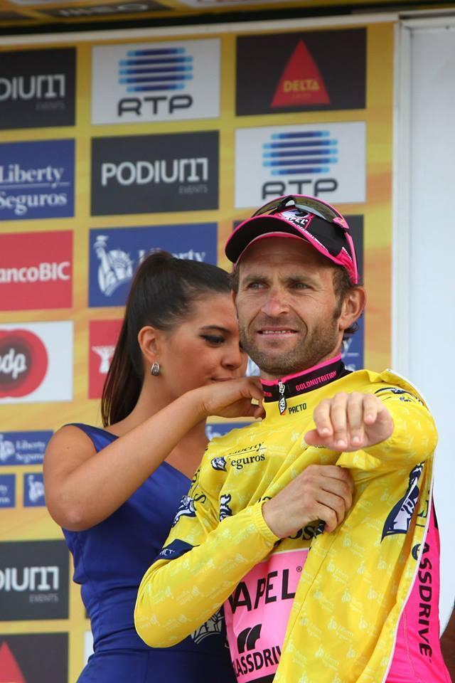 Rui Sousa, ciclista da Efapel-Glassdrive, enverga a amarela no Alto da Torre, com os olhos no pódio final deste domingo