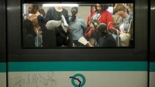 Des usagers dans le métro parisien à la station Gare du Nord, ce vendredi 13 septembre, durant la grève de la RATP.