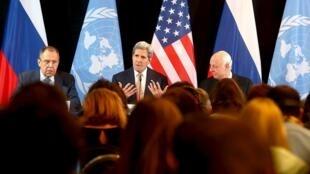 O chanceler russo, Sergei Lavrov, o secretária de Estado dos EUA , John Kerry, e o enviado especial da ONU para a Síria, Staffan de Mistura durante coletiva após a reunião do Grupo Internacional de Apoio à Síria em Munique