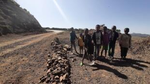 Partout dans la région éthiopienne du Tigré à cause de la guerre, les gens plongent dans la pauvreté. Les écoles sont fermées. Les enfants déposent de la terre sur les routes pour faciliter la circulation des véhicules. En échange, ils demandent de l'argent aux conducteurs.