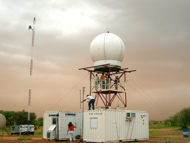 Ce radar, installé au Niger, fait partie du système de surveillance de l'environnement AMMA-Catch.