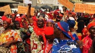 Abidjan, le 4 février 2019: plus d'une centaine de personnes ont manifesté dans les rues d'Abobo, un quartier réputé favorable au pouvoir, où une marche de femmes opposées à Laurent Gbagbo avait été réprimée en mars 2011, faisant plusieurs morts.