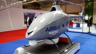 Le futur «drone-hélicoptère» de la marine sur les stands du Salon Euronaval.