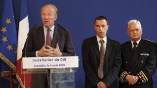 Le ministre français de l'Intérieur Brice Hortefeux avec Eric Le Douaron, préfet de l'Isère (d) et Denis Dubuis (c), nouveau directeur du GIR, à Grenoble, le 5 août 2010.