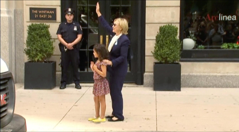 Hillary Clinton saluée par une petite fille à New York le 11 septembre: victime d'un malaise, la candidate démocrate s'est reposée quelques heures chez sa fille.
