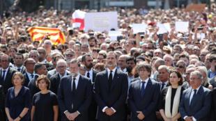 Ao centro, na linha de frente, o rei Felipe da Espanha, rodeado à esquerda pelo chefe do governo espanhol, Mariano Rajoy, em Barcelona, 18 de agosto de 2017.