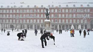 Construcción de muñecos de nieve en la Plaza Mayor de Madrid, en España, el 9 de enero de 2021