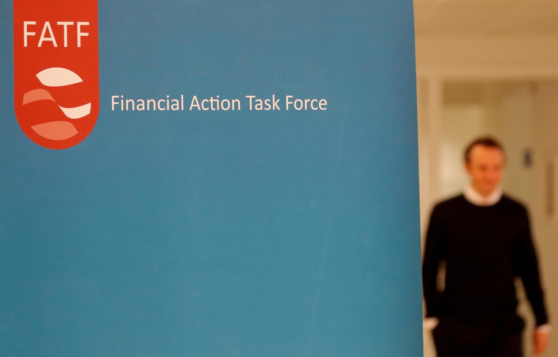 لوگو گروه ویژه اقدام مالی (اف.ای.تی.اف)، در جلسه عمومی در پاریس دیده میشود