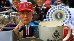 Cảnh sản phẩm cổ động với hình của Donald Trump được bày bán bên ngoài Nhà Trắng ngày 19/01/2017.