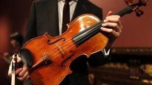 L'alto MacDonald, le stradivarius fabriqué en 1719, présenté à Paris le 15 avril 2014 avant la mise en vente aux enchères.