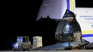 捷克军方卸载中国医疗用品货物资料图片