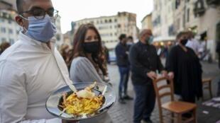 Manifestation des restaurateurs contre les mesures de restrictions du gouvernement pour freiner la propagation du Covid-19, à Rome, le mercredi 28 octobre 2020.