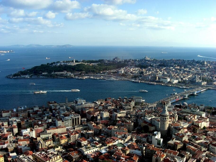 Une vue aérienne d'Istanbul, en Turquie. Une nouvelle mosquée est en construction dans le ville.