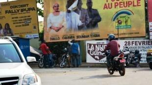 Bango la uchaguzi la chama cha RPG lililoharibiwa huko Conakry, Februari 23, 2020.