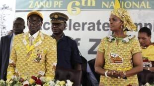 Shugaba Mugabe tare da matarsa a wajen taron jamiyyarsa ta  Zanu-PFwajen wani taro a Harare a shekara ta 2014