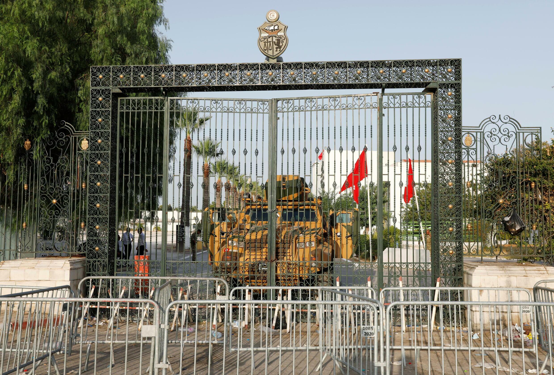 Un véhicule militaire, devant l'entrée du Parlement tunisien, à Tunis, lundi 26 juillet 2021.
