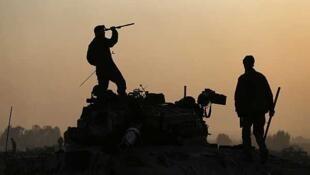 Soldados israelíes junto a un tanque en la frontera con Gaza, el 20 de noviembre de 2012.