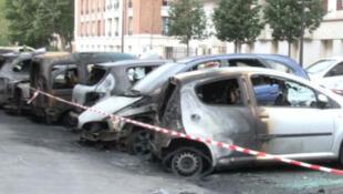 Festa nacional francesa foi marcada por explosões de violência urbana. Carros foram incendiados na periferia de Paris.