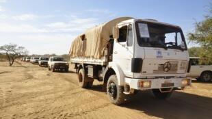 Un convoi arrive dans un centre de réfugiés près de la ville de Dori, au Burkina Faso.