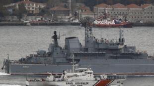 Российский военный корабль в Босфоре сопровождает турецкое судно береговой охраны, 9 декабря 2015 г.