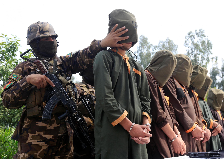 نیروهای افغان گروهی از شورشیان زندانی را در جلال آباد به رسانهها نشان میدهند