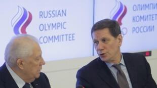 Chủ tịch Uỷ ban Olympic Nga Alexander Zhukov ( phải)  và ông Vitaly Smirnov, lãnh đạo ủy ban chống doping của Nga, họp báo ngày 12/12/2017 tại Matxcơva.