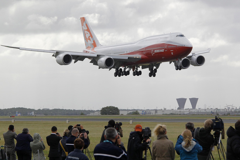 យន្តហោះប៊ូអ៊ីង 747-8 ហោះបង្ហាញក្នុងពិព័រណ៍យន្តហោះប៉ារីស ថ្ងៃទី២០ មិថុនា ២០១១