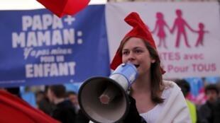 Manifestante protesta contra o casamento gay em passeata pelas ruas de Paris.