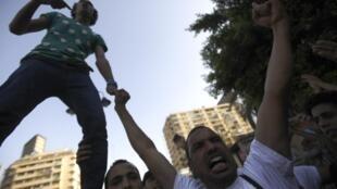 Pese al férreo control militar, este domingo algunas manifestaciones pro-Mursi se desarrollaron en tranquilidad en El Cairo como ésta en las afueras de la mezquita Al Istkama en la Plaza Giza