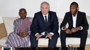 Gilles Huberson entouré de Lassana Bathily, héros de l'Hyper Cacher, ainsi que de son père, le 29 janvier 2015 lors d'une cérémonie à l'ambassade de France à Bamako.