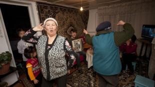 Kirghizistan_accordeon_danse_Si loin si proche