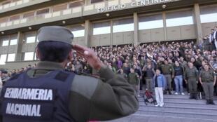 Oficiais da Gendarmaria Argentina cantam hino diante de quartel, em protesto contra o governo da presidente Cristina Kirchner