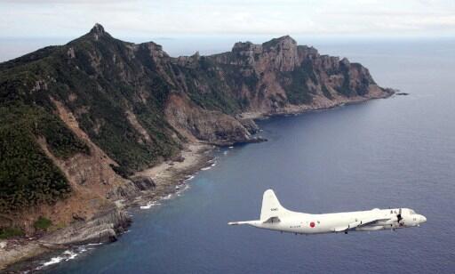 Cette photo prise le 13 octobre 2011, montre un avion de la défense japonaise survolant l'île disputée de Senkaku.