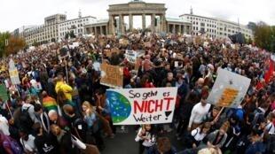 «Так больше не может продолжаться!» – марш за климат у Бранденбургских ворот в Берлине, 20 сентября