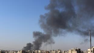 Fumaça sai da cidade velha de Aleppo, devido, segundo soldados do exército livre sírio, a bombas lançadas pelas forças de Assad neste sábado, 21 de dezembro de 2013.