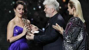Nữ diễn viên Penelope Cruz (trái) nhận giải thưởng César danh dự tại Paris. Ảnh ngày 02/03/2018