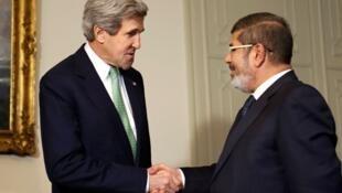 2013年3月3日,埃及總統穆爾西,在開羅總統府,會晤到訪的美國國務卿克里(John Kerry)(左)。