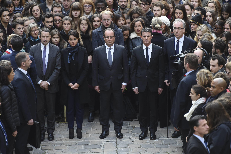 Президент Франсуа Олланд и правительство Франции - минута молчания в Сорбонне 16 ноября 2015