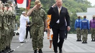 Tổng thống Mỹ (P) đi duyệt đội quân danh dự trên chiến hạm USS Wasp (LHD 1), Yokosuka, nam Tokyo, Nhật Bản, ngày 28/05/2019