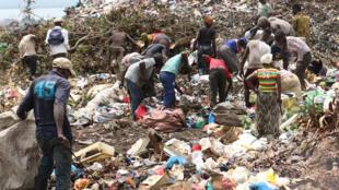 A la décharge de Concasseur, les chercheurs de déchets fouillent pour trouver du plastique ou du fer.