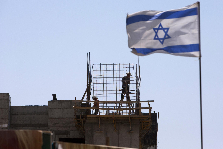 Bandeira de Israel, próxima a Jerusalém.